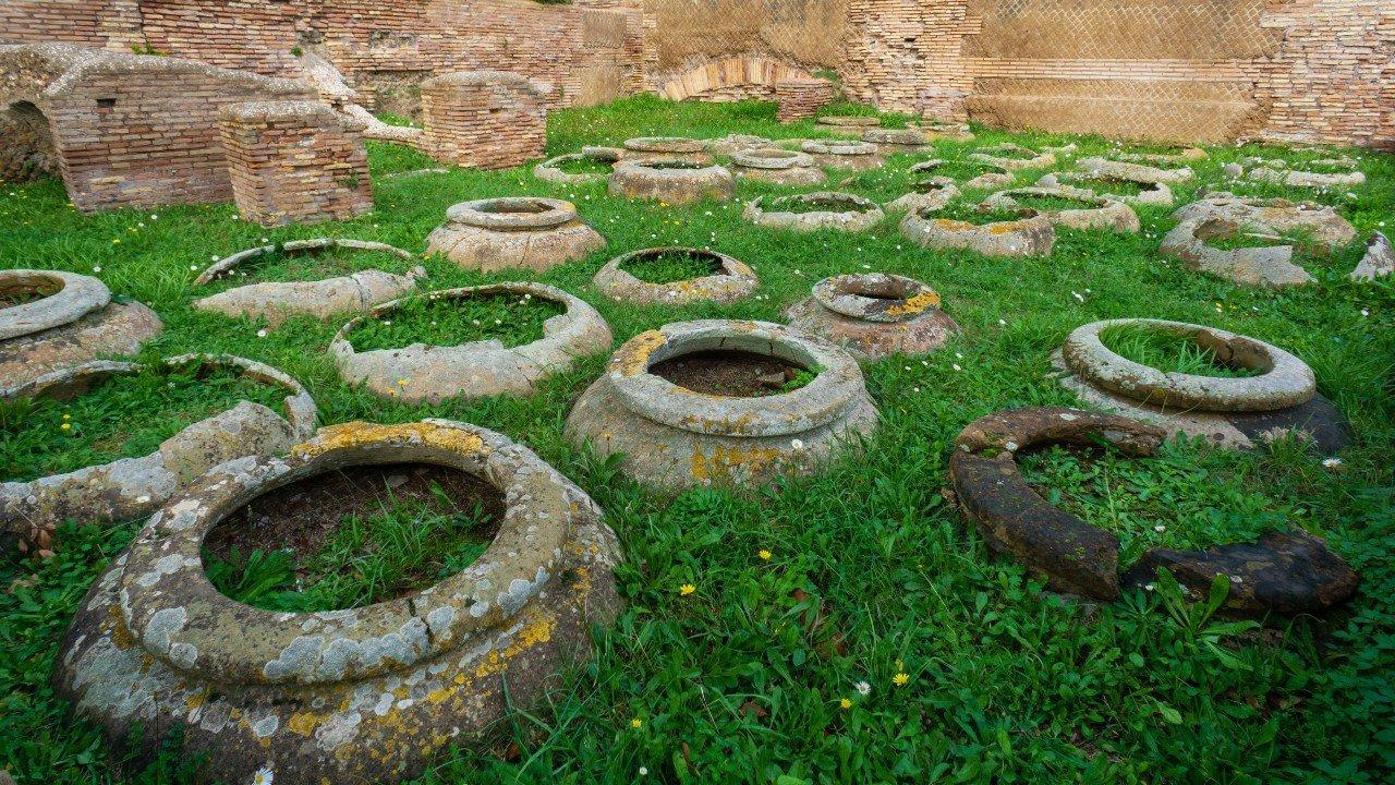 Ostia antica, anfore da vino utilizzate in epoca romana